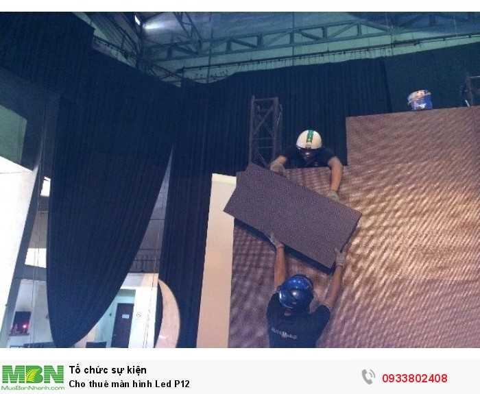 Nhân viên kỹ thuật Màn hình Led Âu Lạc thi công lắp đặt màn hình Led P12 cho các chương trình sự kiện.