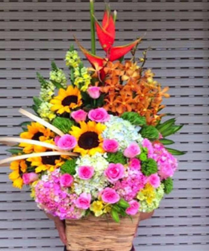 lẵng hoa sinh nhật đẹp bao gồm : hoa lan moka, hoa hướng dương , hoa hồng dâu, hoa cẩm tú cầu và được tô điểm thêm màu vàng của hoa mõm sói tạo nên lẵng hoa đẹp tươi tắn, thích hợp tặng sinh nhật, khai trương..0