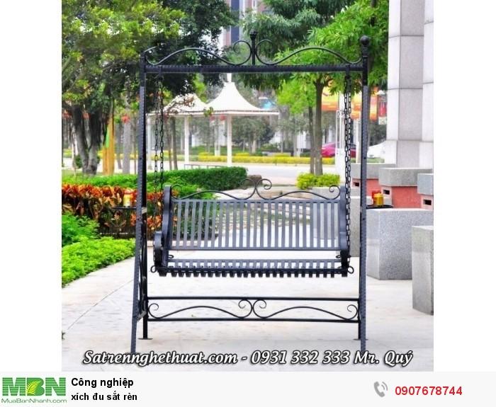 Sắt rèn nghệ thuật mang lại sự sinh động cho chiếc xích đu ngoài trời, phù hợp với mọi thiết kế sân vườn hiện nay.0