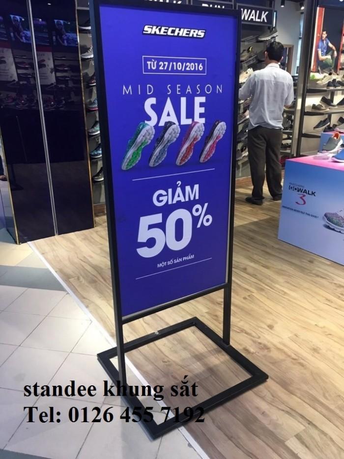 chân standee loại tốt được sử dụng tại các shop quần áo1