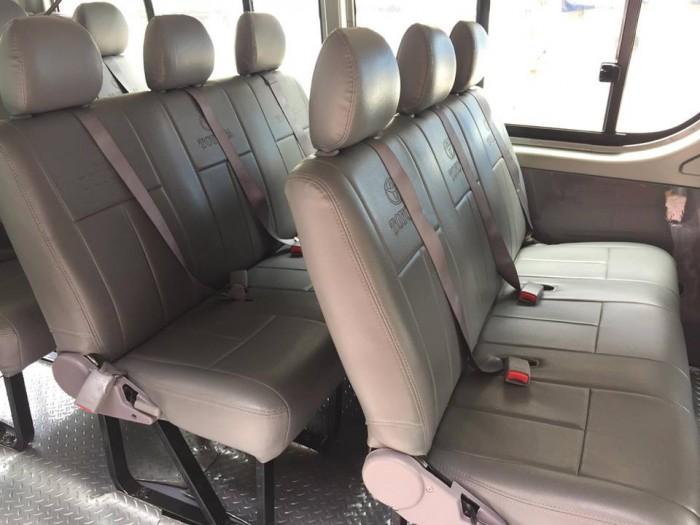 Cần bán xe Toyota Hiace 2009 số sàn máy xăng màu bạc xe đang sử dụng