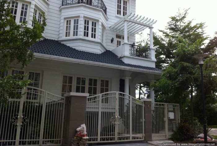 Nhà cạnh chợ Bình Chánh, chỉ 950tr/94m2, hướng Đông, có sổ Hồng
