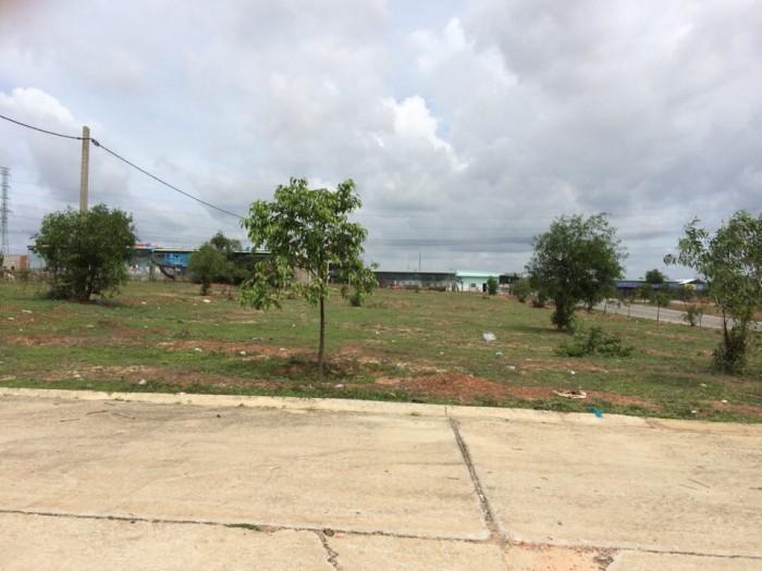 Sang lô đất 300m2 giá 620tr/nền, đối diện trường TDM, dân cư đông