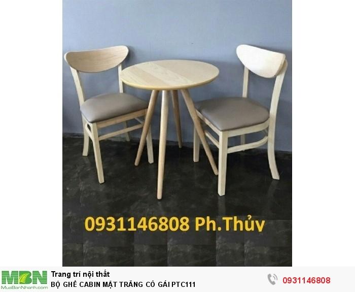 Bàn ghế gỗ cabin phù hợp dùng làm bộ bàn ăn gia đình, cho nhà hàng, quán ăn và quán cafe. Với thiết kế mang phong cách hiện đại và sang trọng, sản phẩm đạt chất lượng cao và tính thẩm mỹ với những đường nét được thi công trau chuốt, mềm mại.0