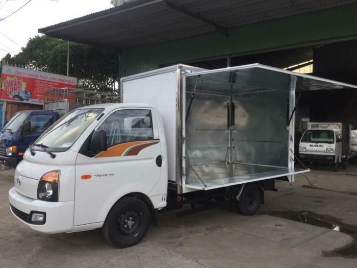 Xe tải Hyundai H150 thùng kín cánh dơi, giá trả góp