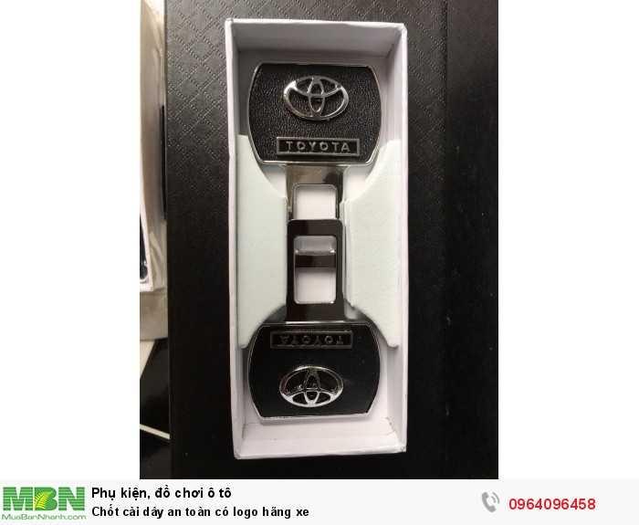 Chốt cài dây an toàn có logo hãng xe
