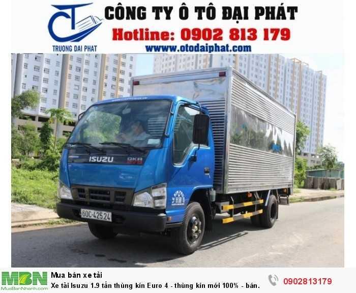Xe tải Isuzu 2 tấn QKR77HE4 thùng kín (1990 kg) sở hửu vẻ bề ngoài bắc mắt, sang trọng, màu sắc hài hòa, tất cả các bộ phận được cấu tạo một cách hài hòa, tạo nên một chiếc xe chất lượng. Cabin xe được thiết kế kiên cố, mặt ga lăng được nâng cao cải tiến đẹp hơn, sang trọng hơn làm mát động cơ nhanh hơn. Cụm đèn pha xe tải Isuzu 2 tấn thùng kín QKR77HE4 tích hợp đèn pha Halogen phản quang đa điểm với đèn xi nhan thuận tiện cho người dùng.