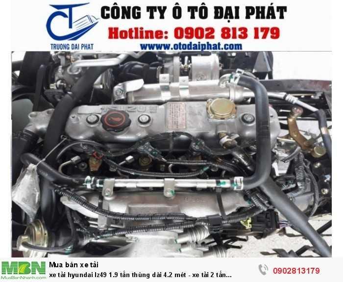 Xe tải Hyundai IZ49 mui bạt sở hữu khối động cơ mạnh mẽ tiêu chuẩn khí thải Euro 4 JE493ZLQ4, 4 kỳ, 4 xi lanh thẳng hàng, tăng áp đạt công suất tối đa 80 kW/ 3400 v/ph, chạy bằng nguyên liệu dầu Diesel giúp xe vận hành mạnh mẽ, tăng năng suất hoạt động và tiết kiệm nhiên liệu, nâng cao hiệu quả kinh tế cho người tiêu dùng. Bộ lọc khí thải theo tiêu chuẩn Euro 4.