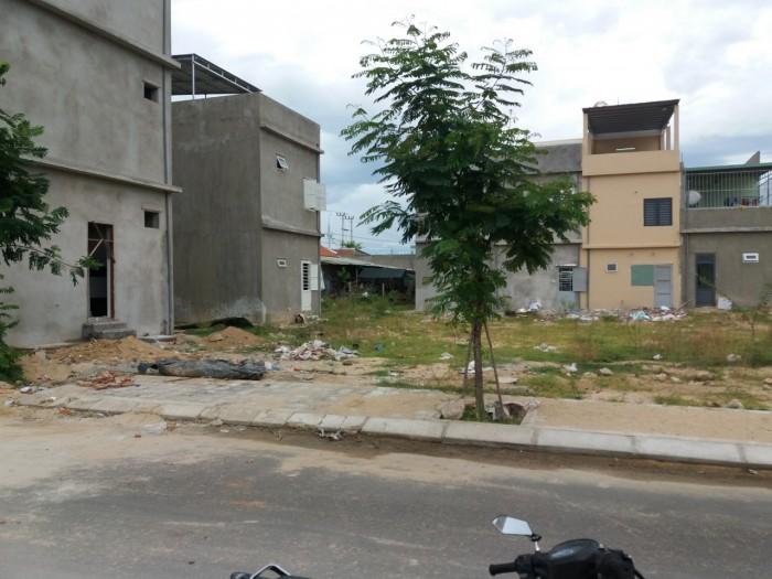 Khu phố chợ Điện Thắng Trung nằm ngay trên quốc lộ 1A đông đúc,