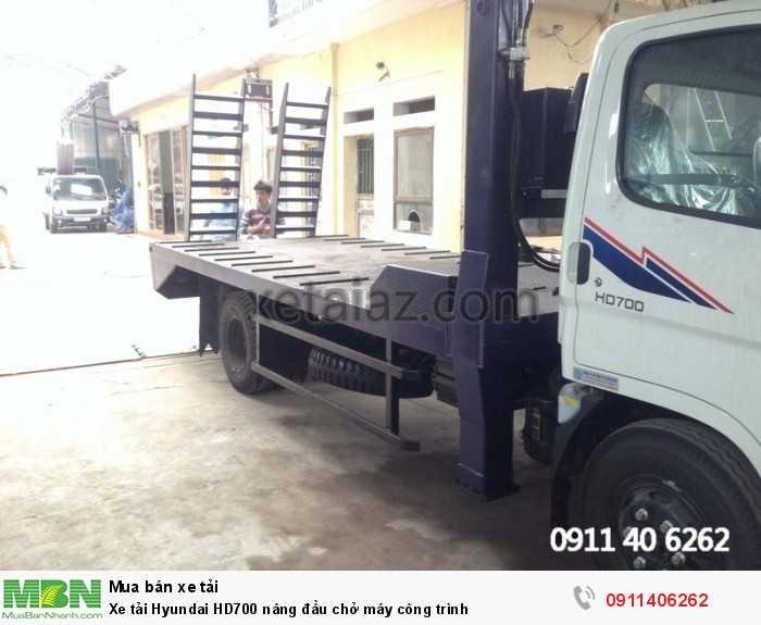 Xe tải Hyundai HD700 nâng đầu chở máy công trình