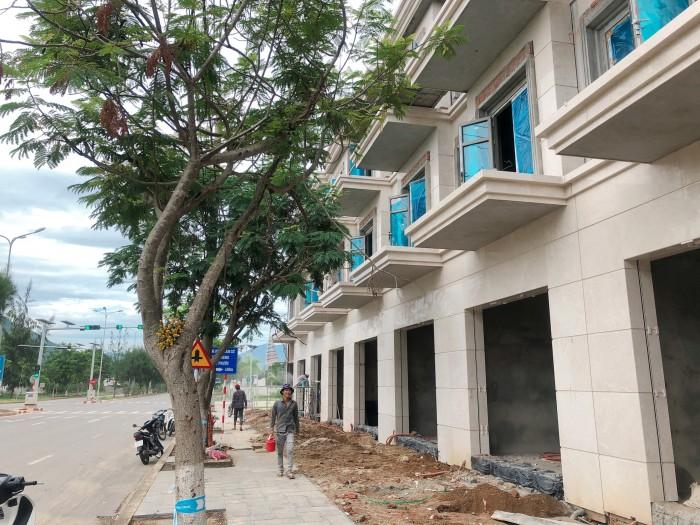 Nhà đường 25m, 3,5 tầng, nằm ngay đường trục chính thông.