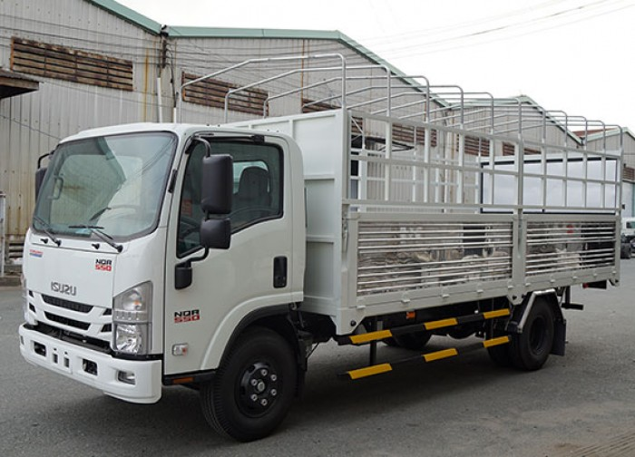 Xe tải Isuzu 5.5 tấn, thùng mui bạt, trả trước 50 triệu, giao xe ngay