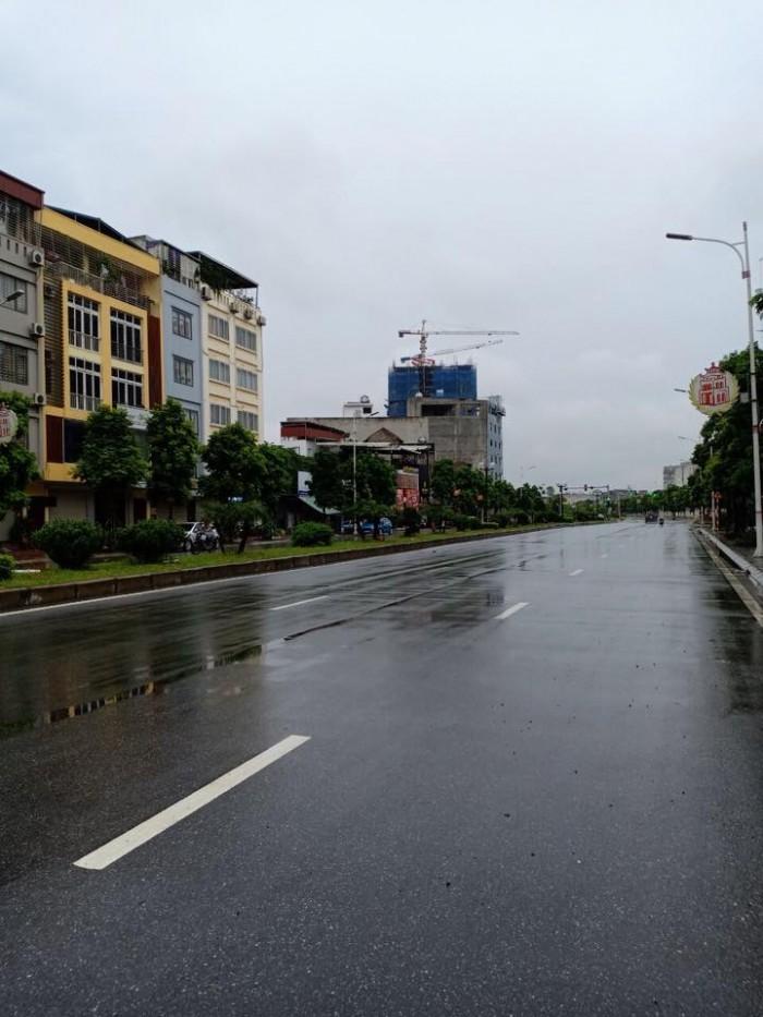 Mặt Phố Mới 208 Nguyễn Văn Cừ 126, 7 Tầng Thang Máy Giá 23.6 Tỷ.