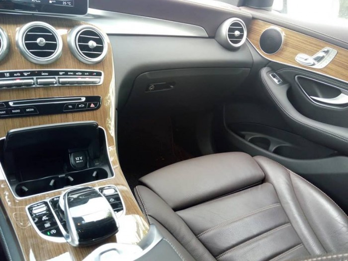 Cần bán xe Mercedes GLC 250 2017 màu trắng cực đẹp 2