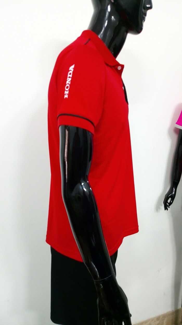 Áo thun nam - mặt bên 1|  ÁO THUN ĐỒNG PHỤC TAMPHONG | Kiểu áo: Áo thun cổ bẻ, bo cổ và bo tay viền đen mảnh, đính 2 nút | Chất liệu: Vải thun cá sấu poly đỏ, co giãn 4 chiều, thoáng mát, dày, không phai màu, không xù lông, chất liệu vải mịn, sợi hút ẩm.