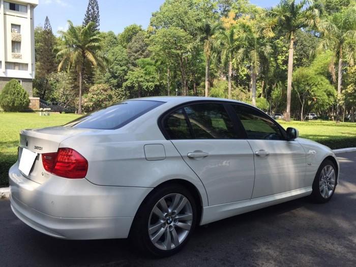 Gia đình cần bán BMW 320i trùm mền ít đi, sản xuất 2010, màu trắng,