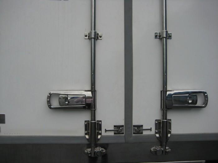 Xe tải isuzu 5 tấn thùng đông lạnh, trả trước 150 triệu, giao xe ngay
