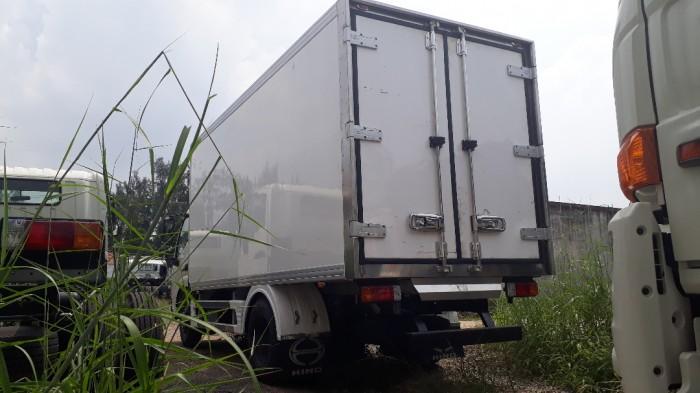 Giá xe tải Hino 4 tấn thùng đông lạnh, trả trước 100 triệu, giao luôn xe 2