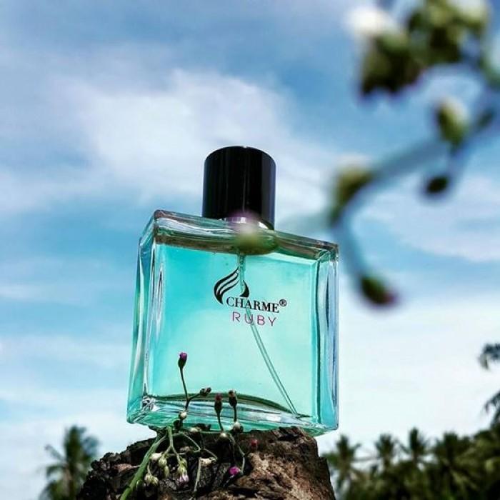 CharmeRuby bộc lộ một cách đầy bản năng ngôn ngữ của cơ thể, và trở nên quyến rũ một cách tự nhiên. Sức mạnh và nét duyên dáng được bộc lộ cùng lúc, mang năng lượng của sự khoái lạc.   Mùi hương phù hợp sử dụng vào những ngày trời nóng ẩm của mùa xuân và hạ.  Được kết hợp với đặc trưng sang trọng và lịch lãm vốn có, đây là chai nước hoa được làm ra để dành riêng cho phái mạnh, mang lại sự khỏe khoắn sảng khoái và phong cách ????????Mùi hương đặc trưng:  Hương đầu: Quýt, aldehyde, cam, hương biển thơm mát  Hương giữa: Dầu hoa cam, tiêu đen Madagasca, gỗ tuyết tùng Atlas  Hương cuối:Hương cỏ bài, đậu Tonka, xạ hương trắng, hổ phách.  ????Phong cách: Mạnh mẽ, năng động, lịch lãm, nam tính, lôi cuốn