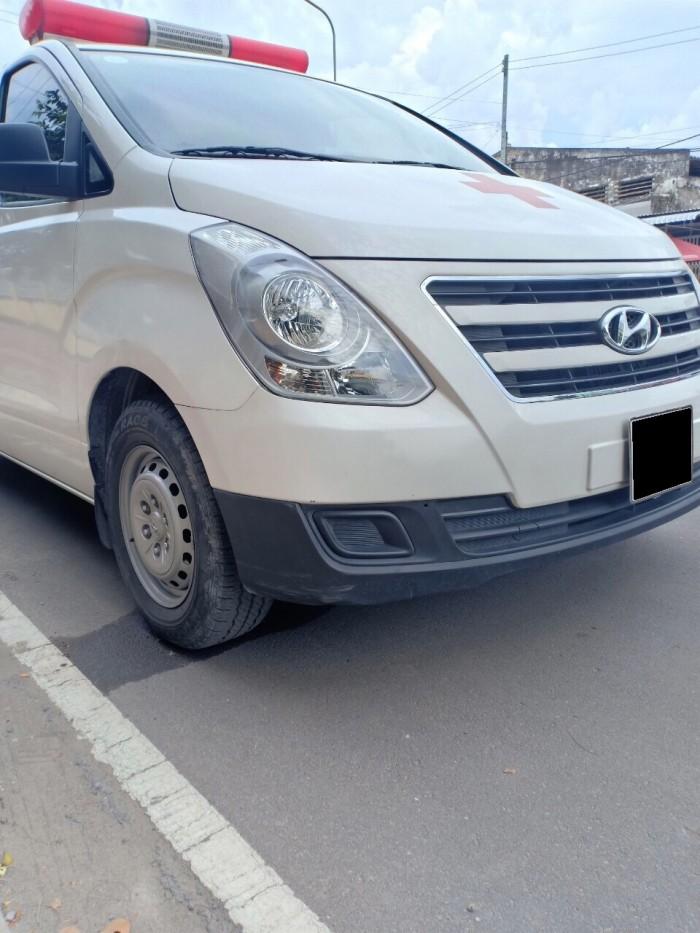 Cần bán Hyundai Starex 11/2017 máy dầu 2.4L số sàn màu trắng