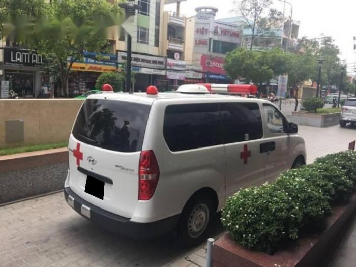 Cần bán Hyundai Starex 11/2017 máy dầu 2.4L số sàn màu trắng 2