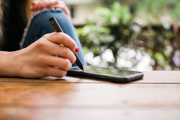 Bút cảm ứng Adonit Snap 2 là bút cảm ứng mỏng nhất hiện nay chỉ 4.3 mm, kết nối qua công nghệ Bluetooth Pixel Point độc quyền của hãng.1
