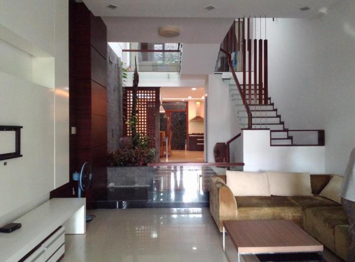 Nhà thiết kế hiện đại, khung bê tông chắc chắn, nội thất đầy đủ.