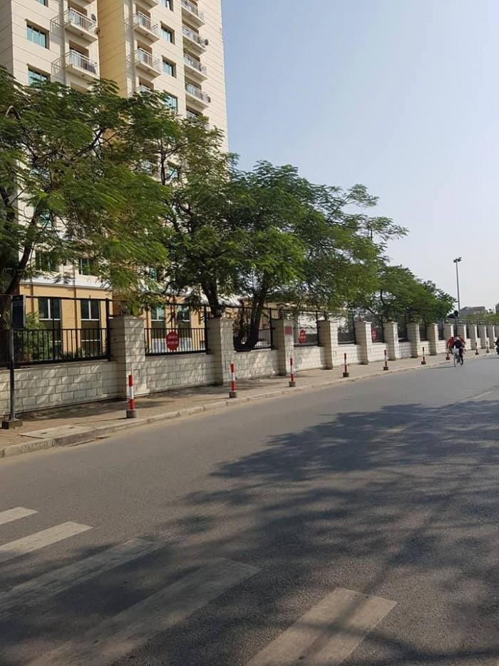 Bán nhà mặt phố Nguyễn Hoàng Tôn 100/144m2, cấp 4, MT 8m