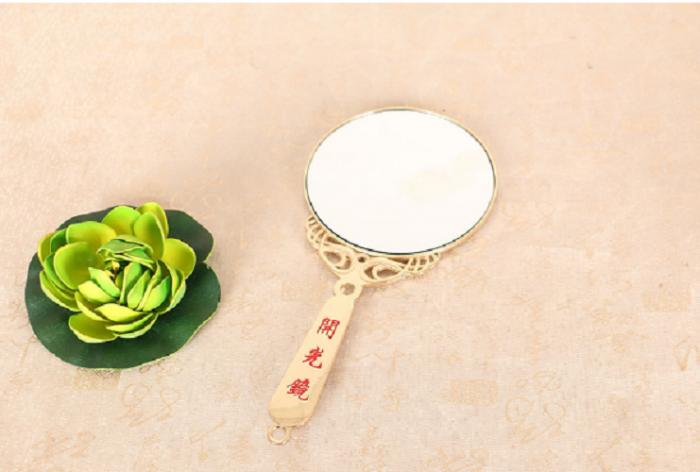 """Gương khai quang Kích thước 14,5cmx6,8cm  Chất liệu: Hợp kim bèn màu và gương  Gương khai quang dùng để khai quang, làm phép đồ phong thủy.  Khai quang là gì? """"Khai"""" có nghĩa là mở ra, mở đầu, bắt đầu một điều gì đó mới mẻ; """"Quang"""" có nghĩa là ánh sáng. Nói một cách đơn giản, khai quang chính là giúp cho tương Phật hay những linh vật phong thủy mà ta thỉnh về được """"mở mắt"""", khiến cho linh vật phong thủy nhận chủ nhân phát huy công hiệu mang lại may mắn tài lộc của vật phẩm mà mình thỉnh.  SẢN PHẨM KÈM HƯỚNG DẪN SỬ DỤNG GƯƠNG KHAI QUANG CÁC LINH VẬT PHONG THỦY1"""