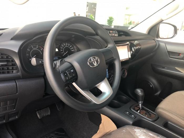 Toyota Hilux 2.4 AT (4x2) màu bạc giao ngay