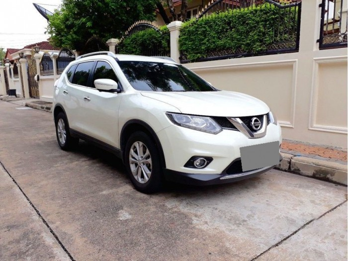 Bán xe Nissan X-Trail 2017 đk 2018 số tự động màu trắng bản full nút đề 2