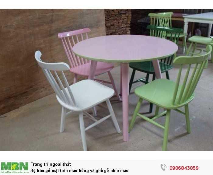 Bộ bàn gỗ mặt tròn màu hồng và ghế gỗ nhìu màu0