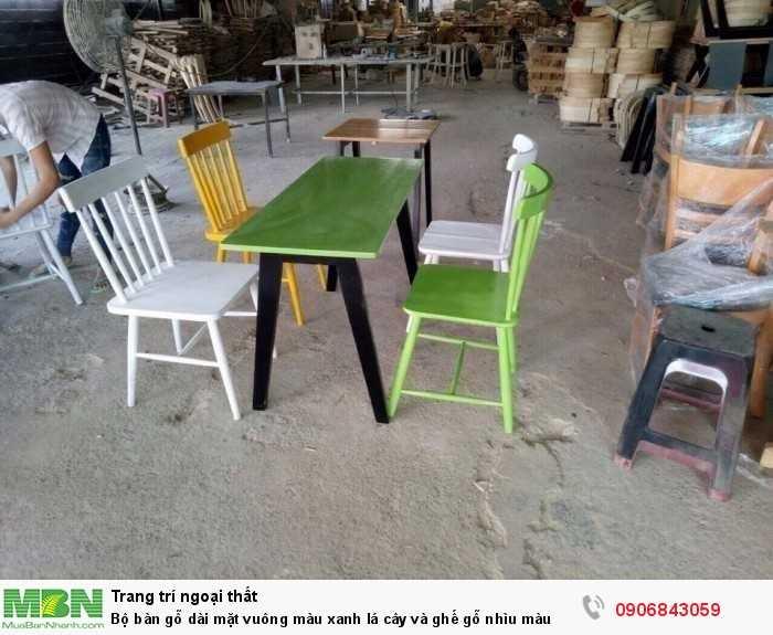 Bộ bàn gỗ dài mặt vuông màu xanh lá cây và ghế gỗ nhìu màu0