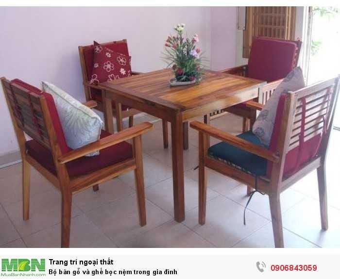 Bộ bàn gỗ và ghế bọc nệm trong gia đình0