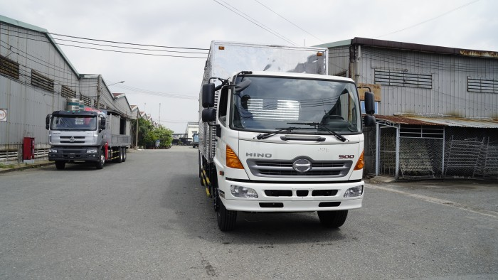 Xe tải Hino 8.2 tấn thùng kín inox, trả trước 100 triệu nhận xe ngay