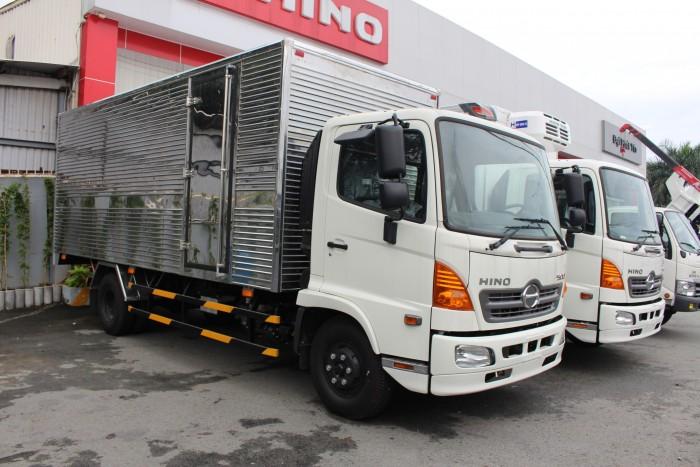 Xe tải Hino FC 6.4 thùng kín inox, trả trước 100 triệu giao xe ngay