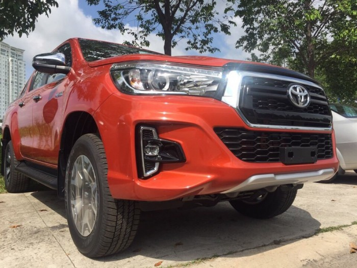 Toyota bán tải Hilux 2.8 AT (4x4) màu cam 2019 2