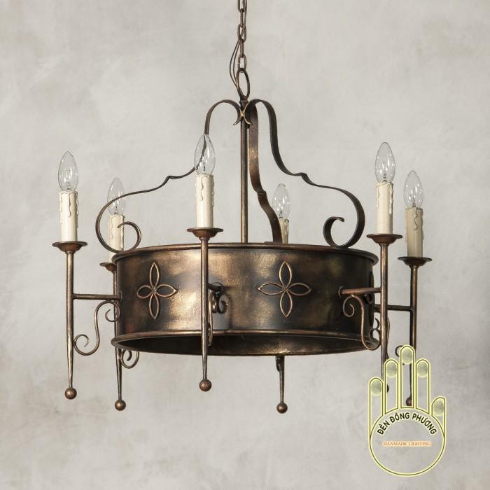 Đèn chùm sắt cổ điển được thiết kế khá độc đáo, lạ và phong cách cực Châu Âu0