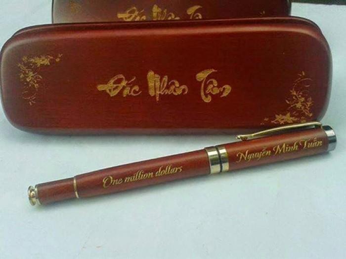Bút gỗ khắc tên1