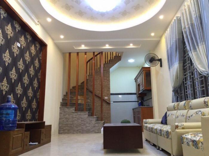 Bán nhà đẹp, chỉ việc vào ở, phố Tôn Thất Tùng, giá 2,95 tỷ. DT: 30 m2.