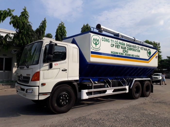 Xe bồn Hino FL chở cám gia súc 24 khối