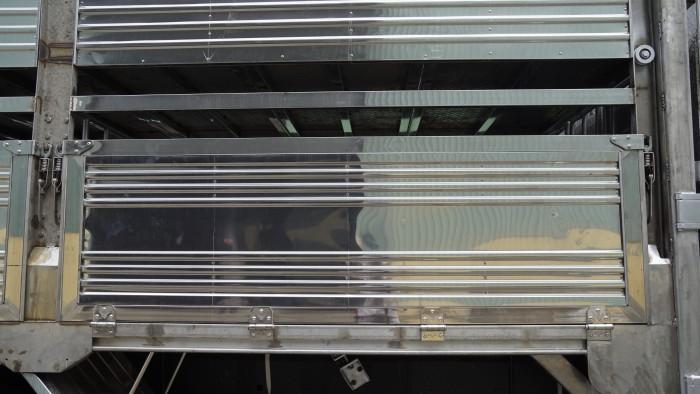 Xe tải Hino FL 16 tấn thùng chở heo, gia súc 3 tầng có bửng nâng hạ