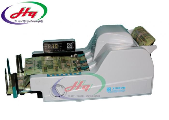 - Máy đếm tiền Xiudun 2010A được trang bị công tắc nguồn và hệ thông đầu vào nguồn điện cũng rất kín đáo không làm ảnh hưởng nhiều tới độ thẩm mỹ của sản phẩm.1