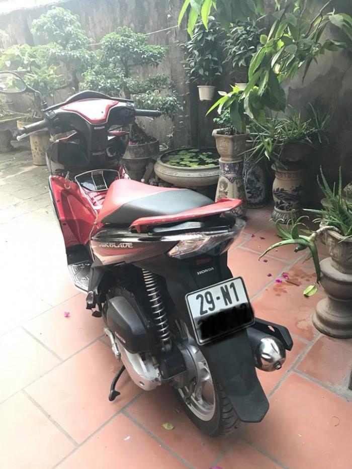 Gia đình bán xe Airblade 125 mầu đỏ đen
