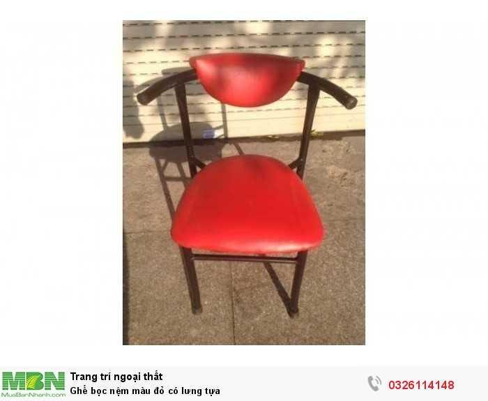 Ghế bọc nệm màu đỏ có lưng tựa