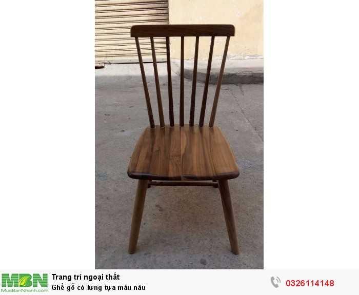 Ghế gỗ có lưng tựa màu nâu
