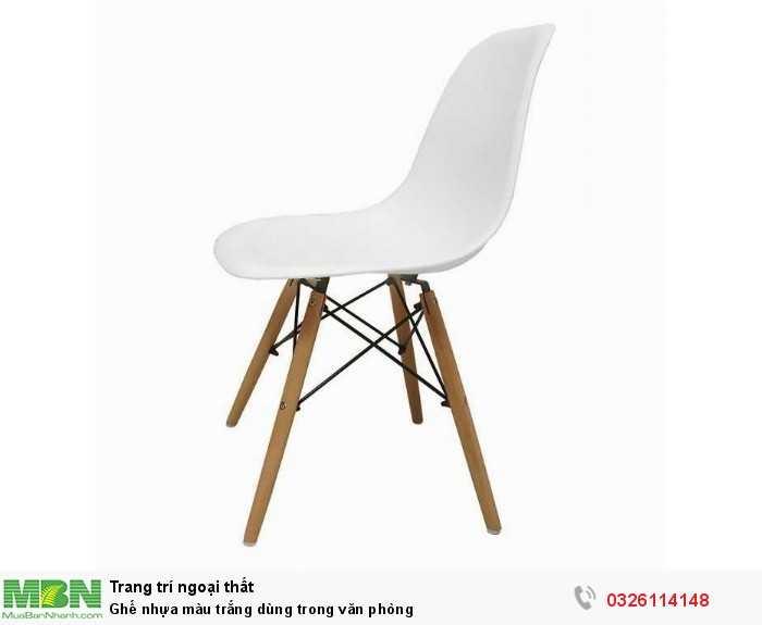 Ghế nhựa màu trắng dùng trong văn phòng