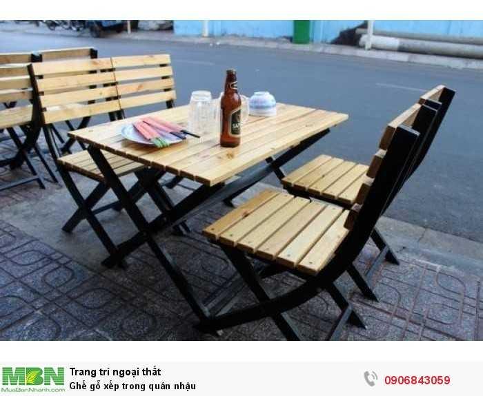 Ghế gỗ xếp trong quán nhậu0