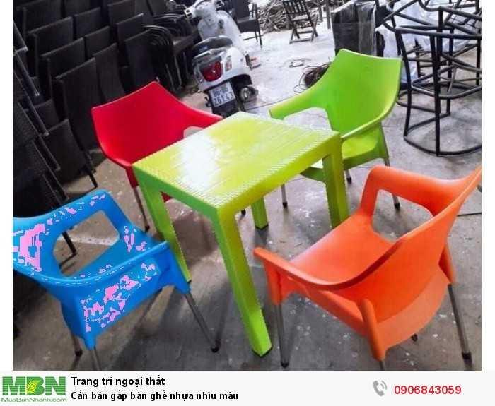 Cần bán gấp bàn ghế nhựa nhìu màu0