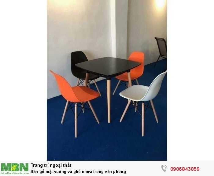 Bàn gỗ mặt vuông và ghế nhựa trong văn phòng0